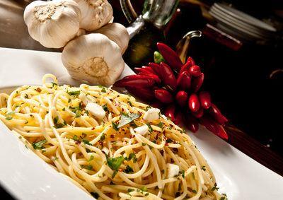 Spaghetti aglio e olio verfeinert mit peperoncino