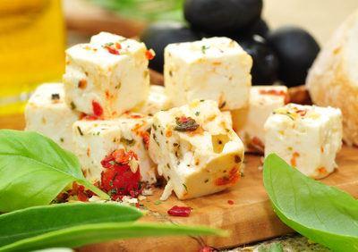 Bunter Salat mit Pfirsichen und Kernen